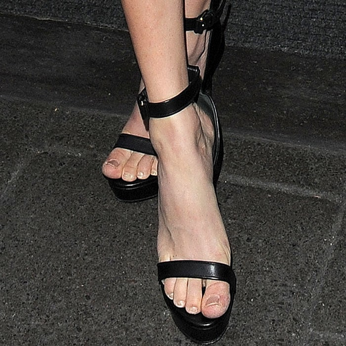 Amanda Seyfried's feet need a pedicure