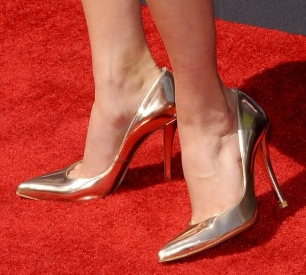 AnnaSophia Robb shows off her feet inmirroredNaughty pumps