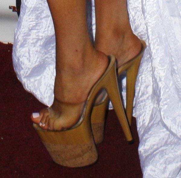 Courtney Stodden with sweaty feet in wooden cork heels