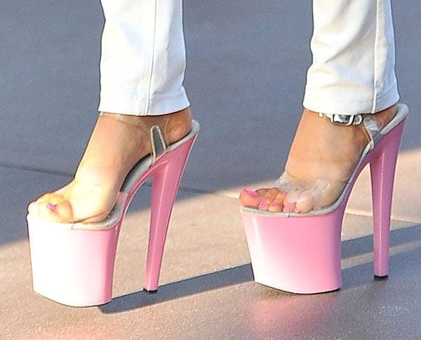 Courtney Stodden put her feet ondisplay in pink platform shoes