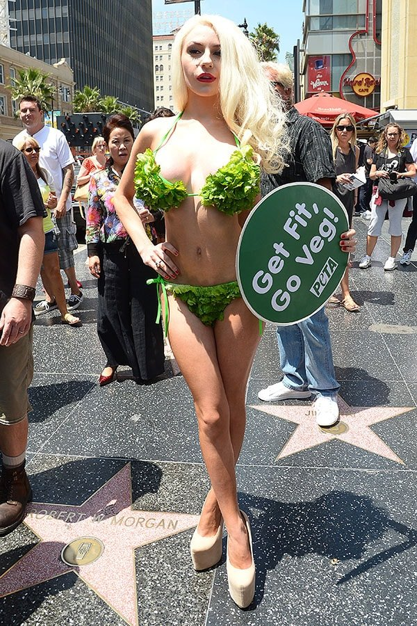 Courtney Stodden held a sign that read Get Fit, Go Veg!