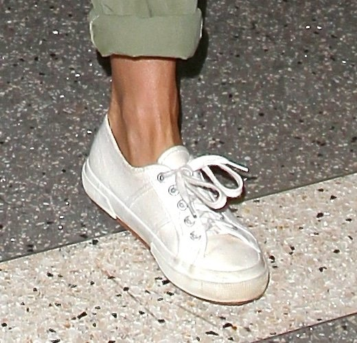 Jennifer Aniston wearing a pair of good oldclassic white sneakers
