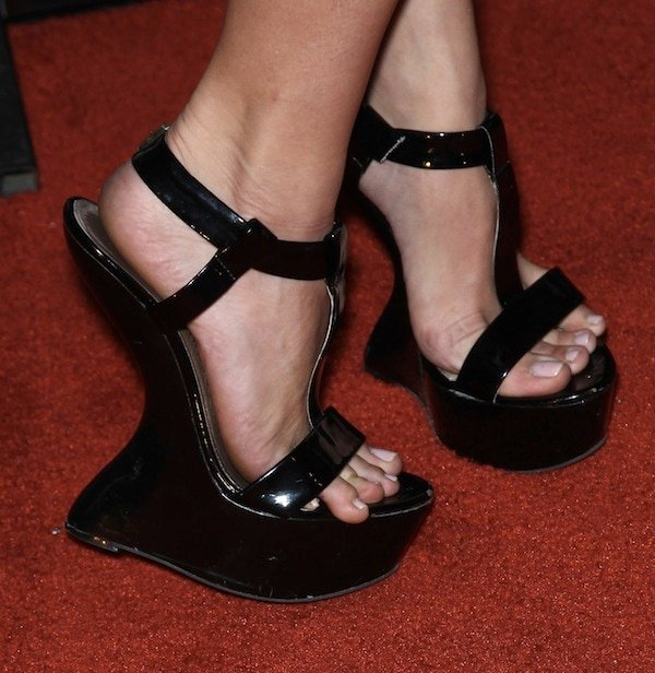 Katie Morgan showed off her sexy feet in heel-less sandals