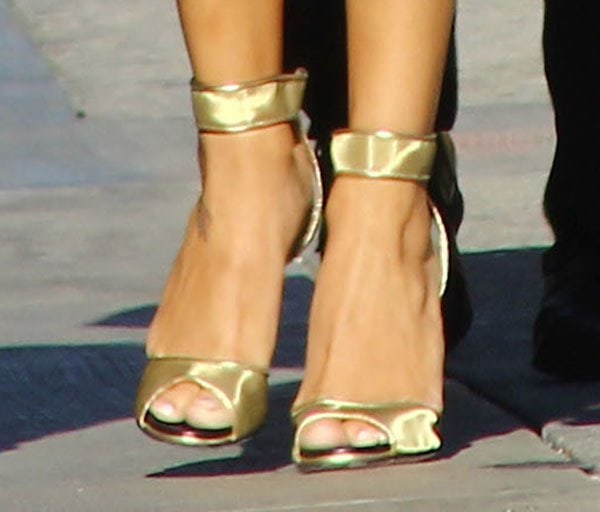 """Naya Rivera shows off her feet in Diane von Furstenberg """"Rae"""" sandals"""