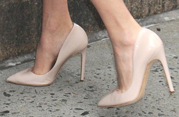 Amanda Seyfried wearing nude Rupert Sanderson pumps