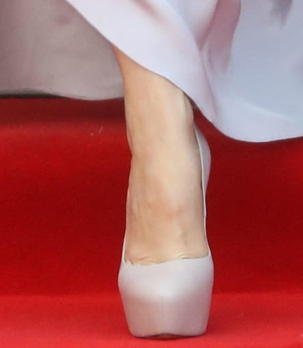 Rachel McAdams shows off her hot feet in Casadei pumps