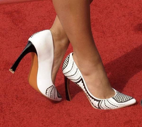 Alli Simpson wearingprinted white pumps