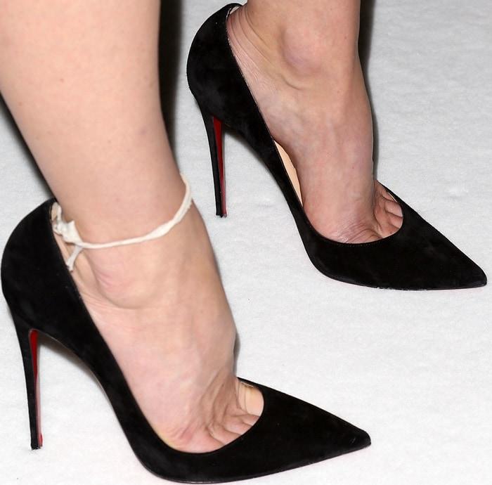 Alice Eve's sexy toe cleavage in black sleek stilettos