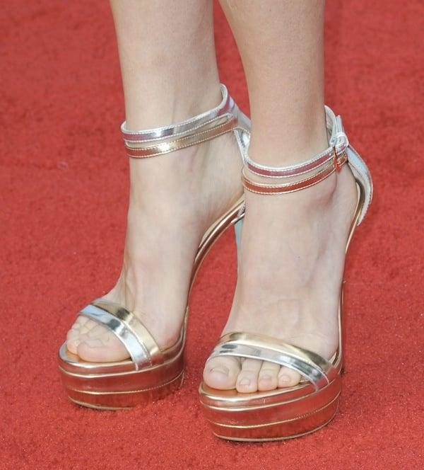 "Anna Faris'smetallic Ruthie Davis ""West Palm"" sandals"