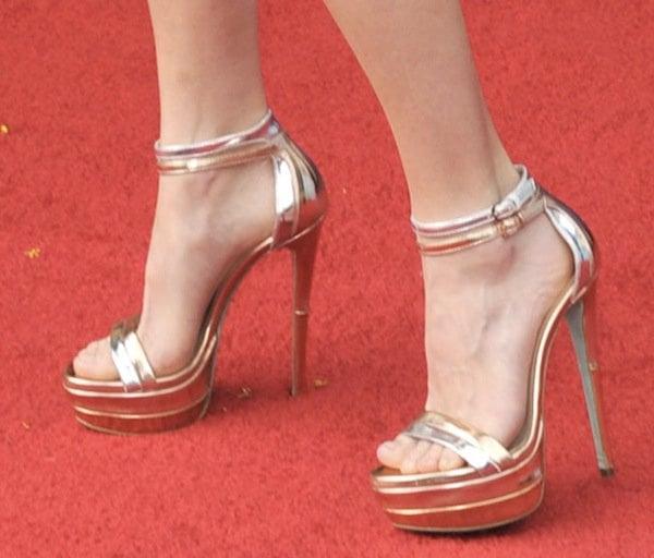 Anna Faris wearing Ruthie Davis heels