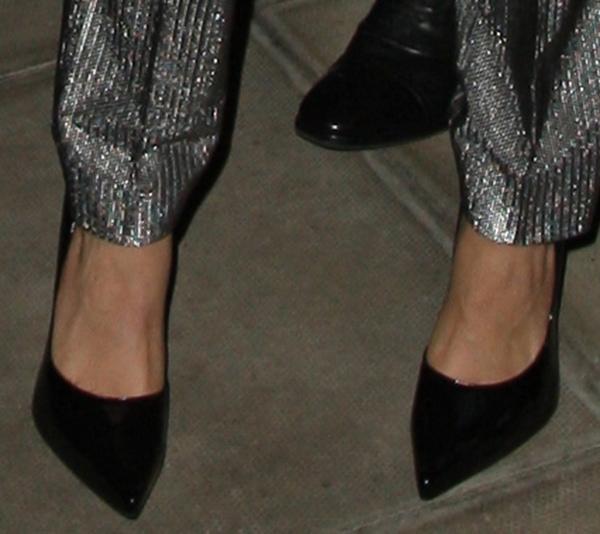 Cara Delevingne displayed her hot feet in black pumps