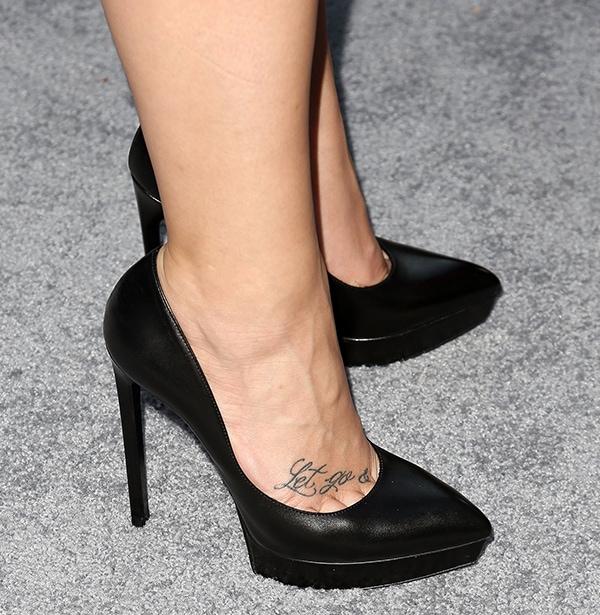 """Demi Lovato's feet inblack """"Janis"""" pumps from Saint Laurent"""