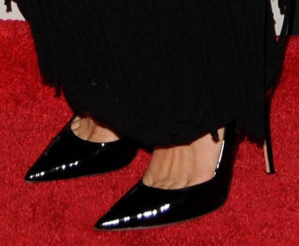 Eva Mendes revealed toe cleavage in Emma pumps by Jean-Michel Cazabat