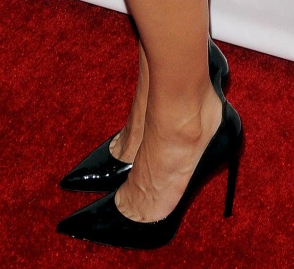 Eva Mendes' hot feet in black pumps