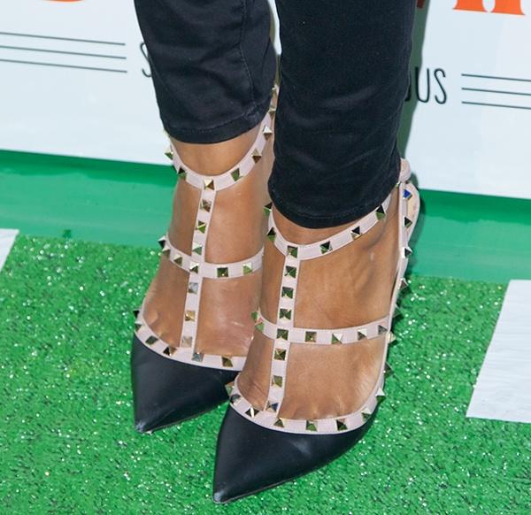 "Eve's hot feet in Valentino ""Rockstud"" pumps"