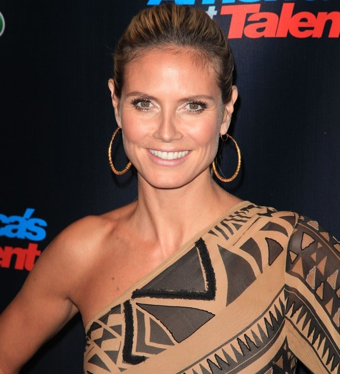 Heidi Klum wore a one-shouldered embroidered one-sleeve asymmetric printed caftan