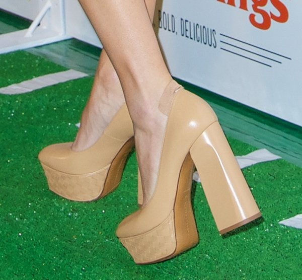 Jenny McCarthy showed off her feet in woven squared platforms