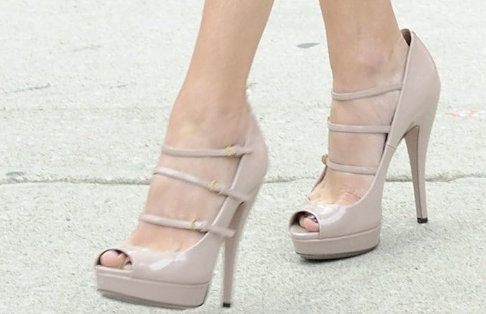 """Julia Roberts wearing Gucci """"Lisbeth"""" pumps in nude patent leather"""