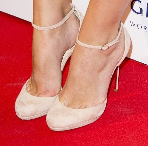 Keira Knightley shows toe cleavage in nude shoes