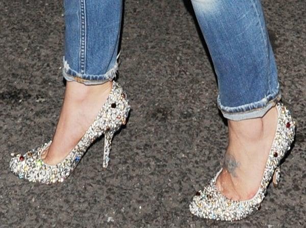 Kelly Osbourne's hot feet in glittery silver pumps