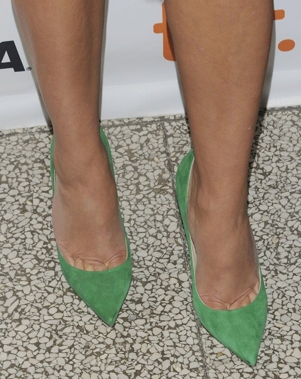 Reese Witherspoon shows toe cleavage inJimmy Choo Abel pumps