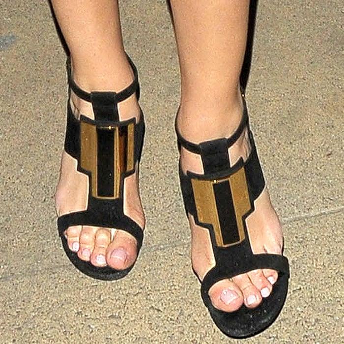 "Rosie Huntington-Whiteley's sexy feet in Saint Laurent ""Janis"" sandals"