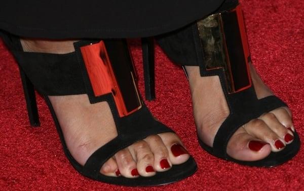"Keri Hilson exposing her corny feet in black Saint Laurent ""Janis"" sandals"