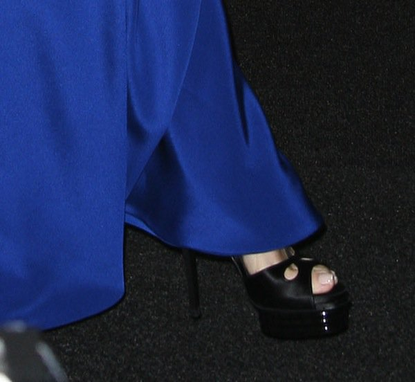 Tina Fey shows off her feet in triple-stacked Roger Vivier platforms