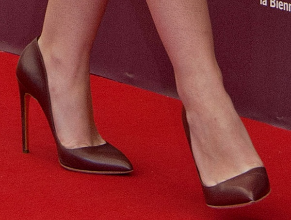 Dakota Fanning wearing Rupert Sanderson 'Elba' pumps
