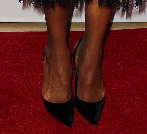 Kerry Washington shows off her sexy feet in black shoes