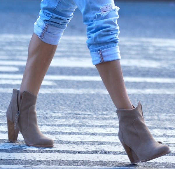 Sarah Jessica Parker wears her boots unzipped