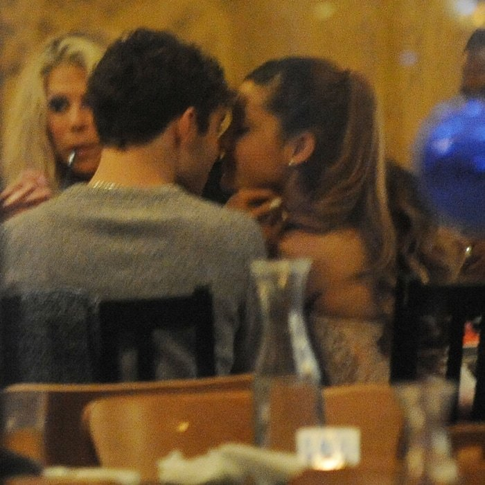 Ariana Grande and Nathan Sykes were kissing and cuddling while on a dinner date