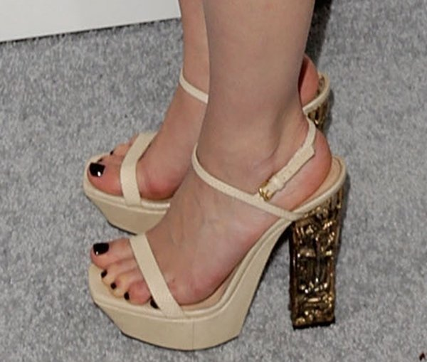 Emilia Clarke showing off her feet in sexy sandals