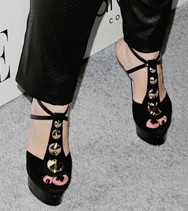 Melissa McCarthy in Brian Atwood sandals that feature gold-tone conical studs on the t-straps
