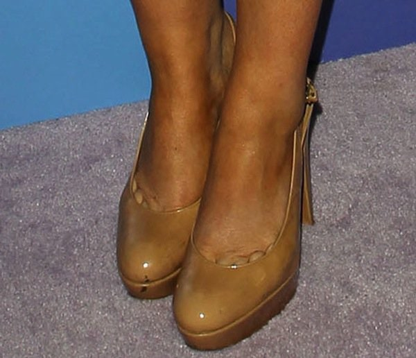 Amy Poehler wearing nude pumps from Stuart Weitzman