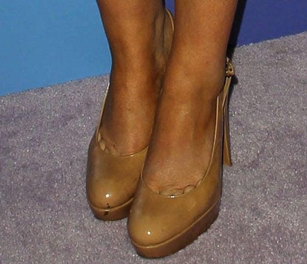 Amy Poehler shows off her feet in high heel Stuart Weitzman shoes