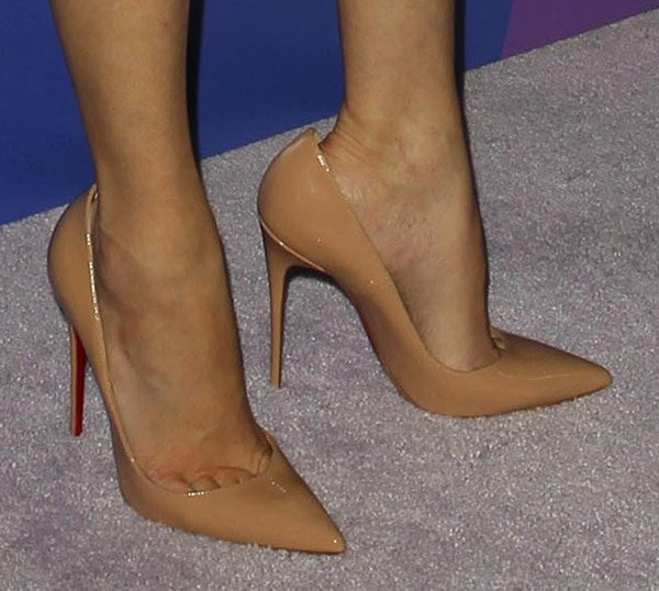 Elizabeth Banks wearing nude pumps from Christian Louboutin