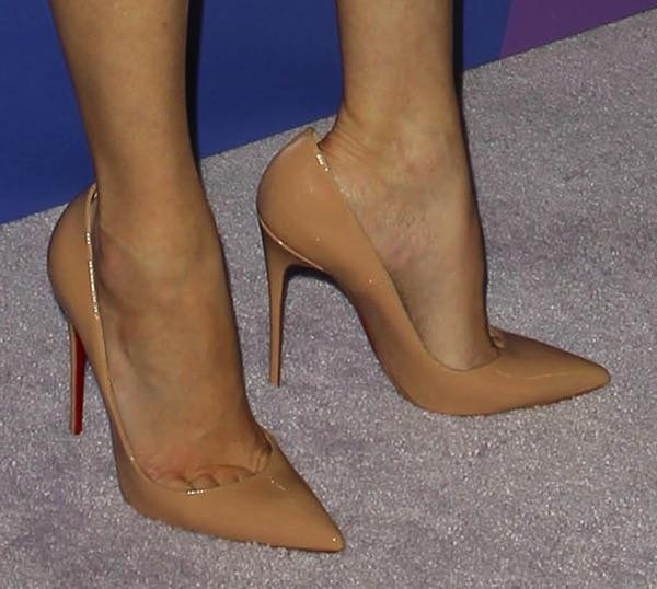 Elizabeth Banks reveals toe cleavage in nude high heels