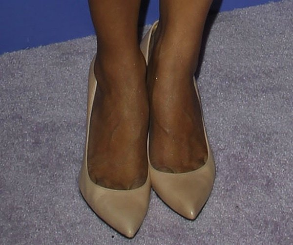 Hannah Simone completed her look with a pair of nude pointy-toe pumps from Stuart Weitzman