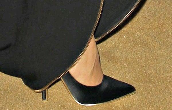 Paz Vega's feet inblack satin pumps