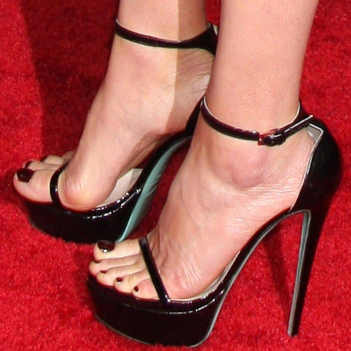 Cobie Smulders put her hot toes on display in black stiletto heels