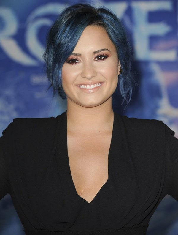 "Demi Lovato wears her blue hair up for the premiere of ""Frozen"""