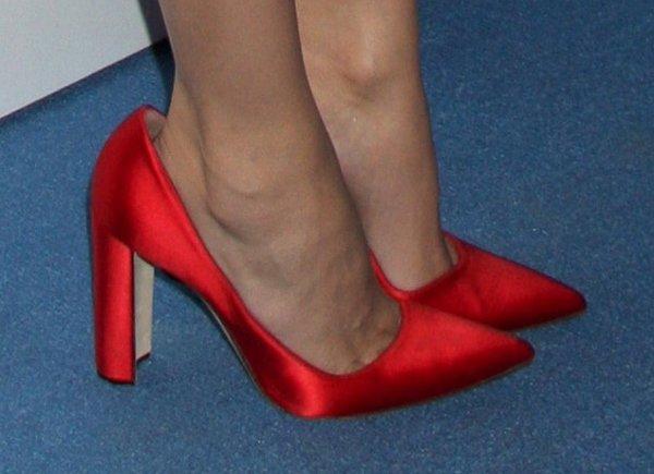 Diane Kruger wearing way too big shoes