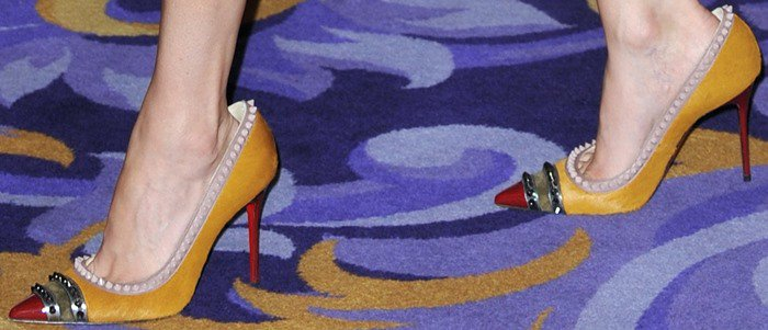 "Elizabeth Banks wears a pair of too-big ""Malabar Hill"" pumps on her feet"