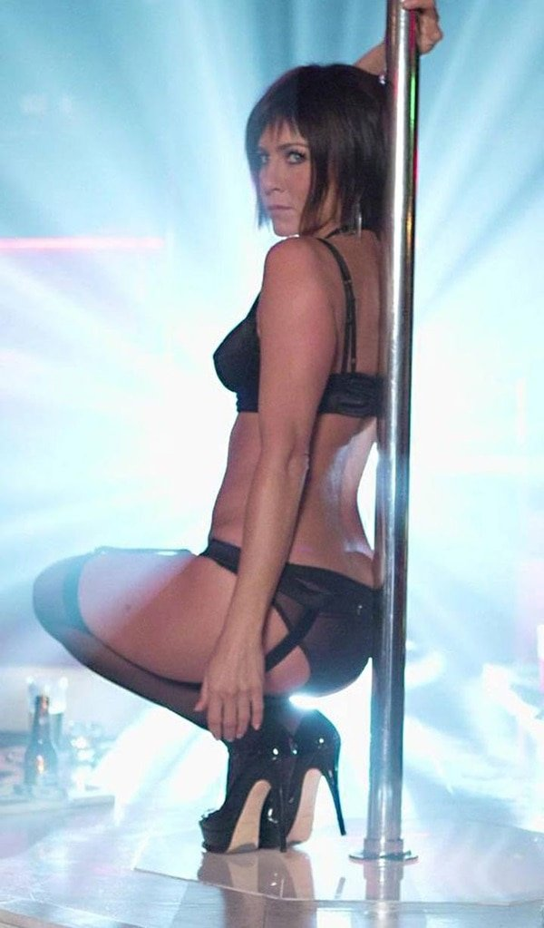 Jennifer Anistonin lingerie and black stripper heels