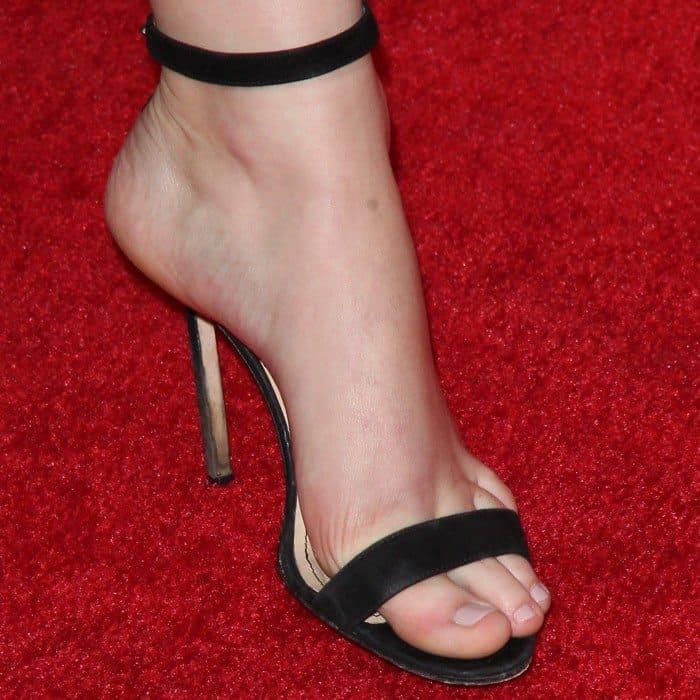 Jennifer Lawrence's hot feet in muddy black sandals