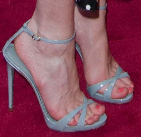 Kirsten Dunst showed off her feet in blue sandals