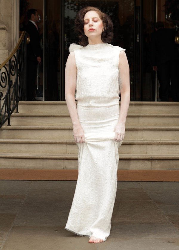 Lady Gaga'sall-white dress that made her look like a statue