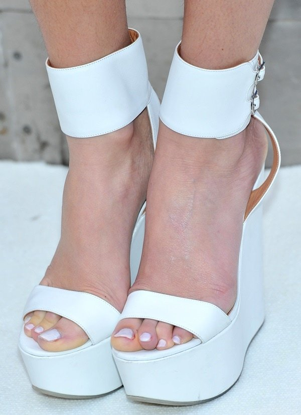 Pixie Lott showed off her sexy feet in white wedges