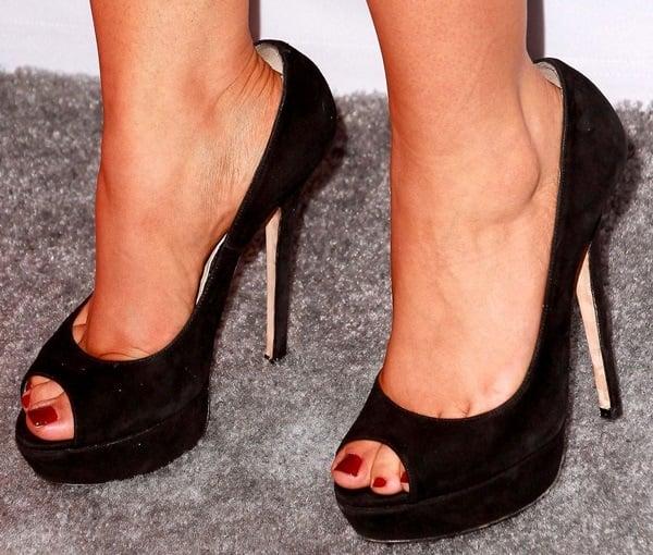 Sarah Hyland's sexy toes inpeep-toe platform pumps